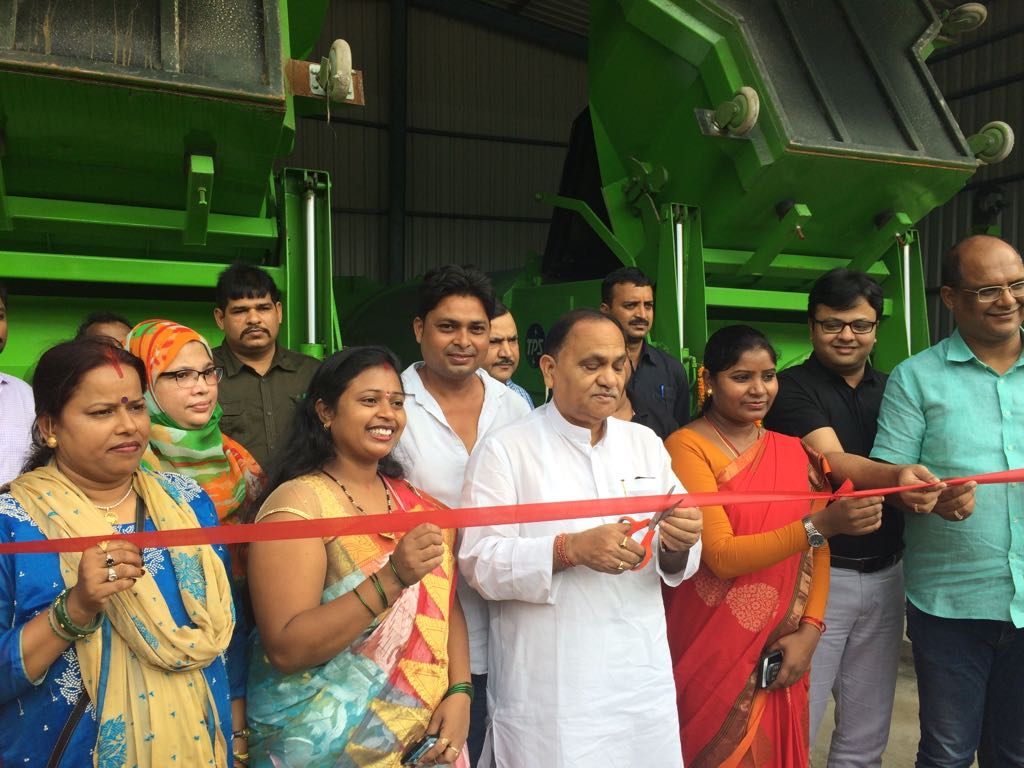 <p>Minister CP Singh along with Ranchi Mayor Asha Lakra today inaugurated mini waste ferrying vehicles at Nagababa Khatal in Ranchi.</p>