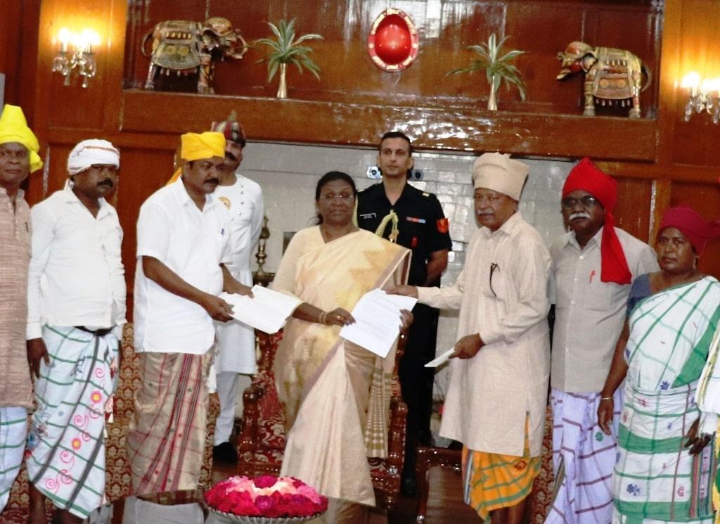 <p>माननीया राज्यपाल द्रौपदी मुर्मू से आज दिनांक 19/09/2018 को खरसावां के राजपरिवार के प्रतिनिधिमंडल ने अनुप सिंह देव के नेतृत्व में राजभवन में मुलाकात की |</p>