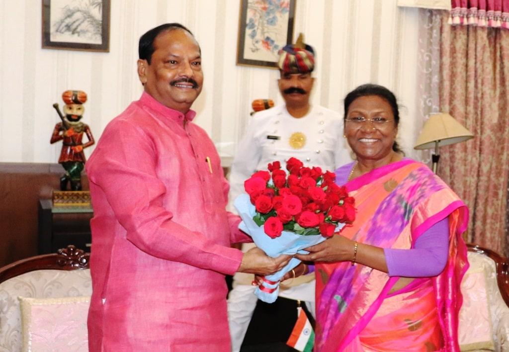 <p>माननीया राज्यपाल द्रौपदी मुर्मू से आज राज्य के मुख्यमंत्री रघुवर दास ने राज भवन आकर मुलाकात की। यह एक षिश्टाचार भेंट थी। वार्ता&nbsp;के क्रम में उन्होंने राज्य में विकास व जन-कल्याणकारी&#8230;