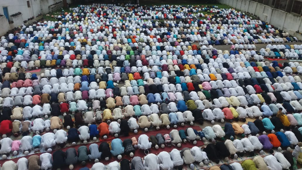 <p>Muslims offer prayers 'Namaz' at Haru Idgah on the occasion of the Bakrid festival in Ranchi on Wednesday.</p>