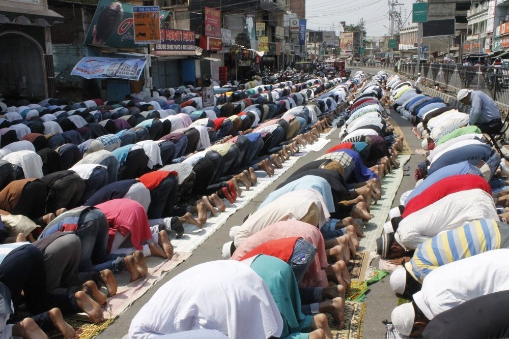 <p>Devotees offering prayer on first Friday of the holy month of Ramadan, at Mahatma Gandhi Road in Ranchi on Friday.</p>