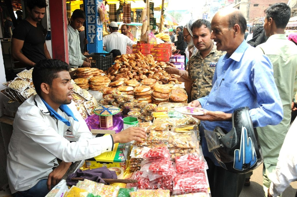 <p>People busy buying eatables in the evening during the holy month of Ramadan in Ranchi on Tuesday.</p>