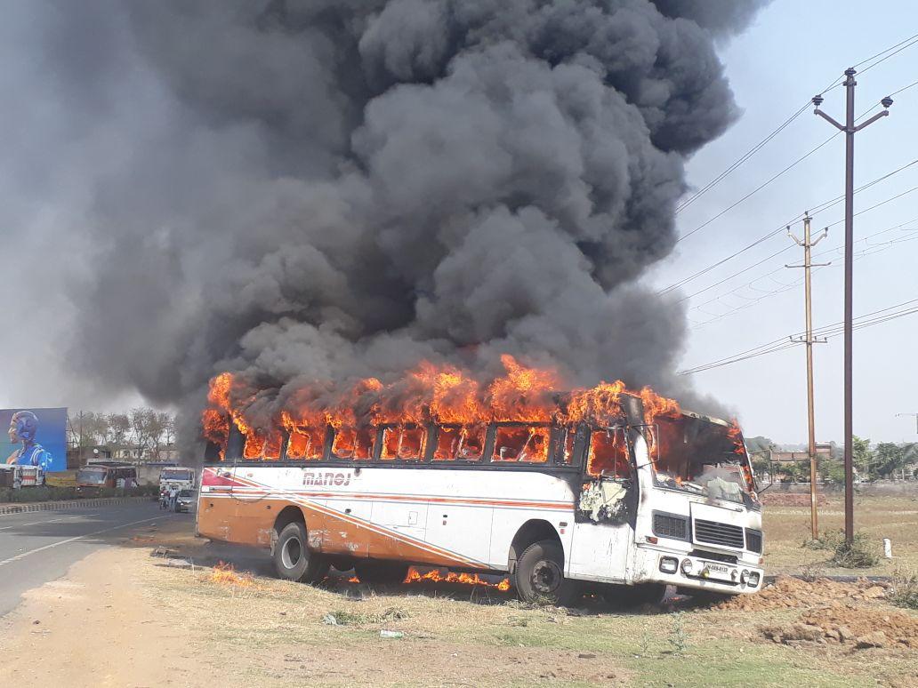 <p>हज़ारीबाग:-चलती बस में लगी आग बाल बाल बचे यात्री मनोज रथ में लगी आग।हज़ारीबाग से रांची जा रही थी बस।</p>