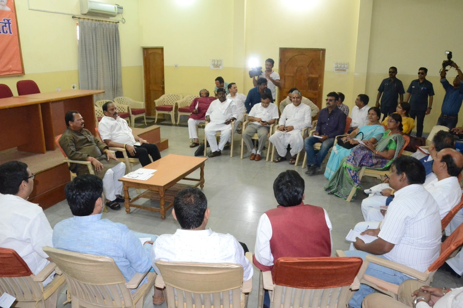 <p>Jharkhand Chief Minister Raghubar Das alongwith State BJP President Laxman Gilua during a review meeting with party leaders regarding Litipara by polls in Ranchi on Monday.</p>