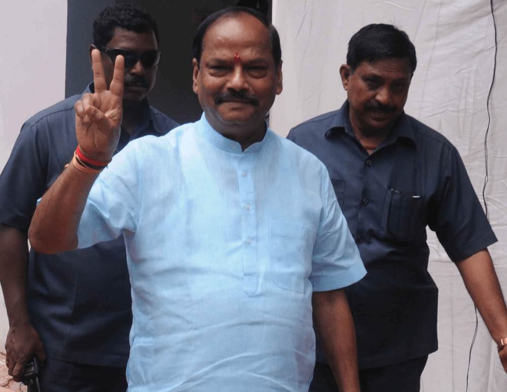 <p>Jharkhand Chief Minister Raghubar Das flashing victory sign after casting his vote for Presidential election in Ranchi on Monday.</p>