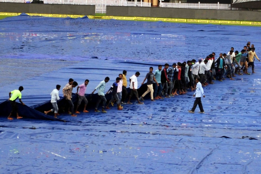 <p>Groundsman&nbsp;remove&nbsp;the covers from the pitch after a spell of rains at JSCA stadium in Ranchi on Friday, ahead of first T20 match between India and Australia.</p>