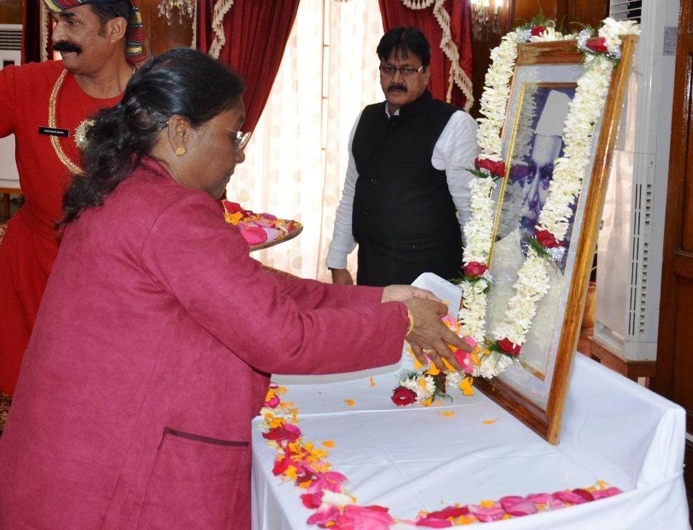 <p>माननीया राज्यपाल ने आज भारत के पहले राष्ट्रपति डॉ राजेन्द्र प्रसाद की जयंती के मौके पर उनकी प्रतिमा पर माल्यार्पण किया |</p>