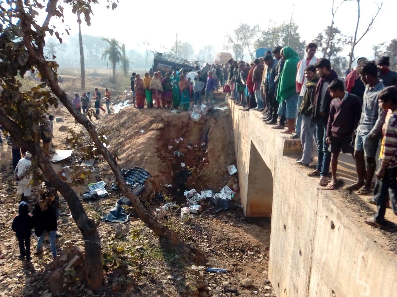 <p>भागलपुर-दुमका&nbsp;मुख्य मार्ग पर सड़क हादसे में 8 लोगों की मौत हो गयी |&nbsp;झारखंड के जामा थाना क्षेत्र के लगला गांव के पास अखबार लदा एक कमांडर जीप तड़के 4 बजे गड्ढे में गिर गया&#8230;