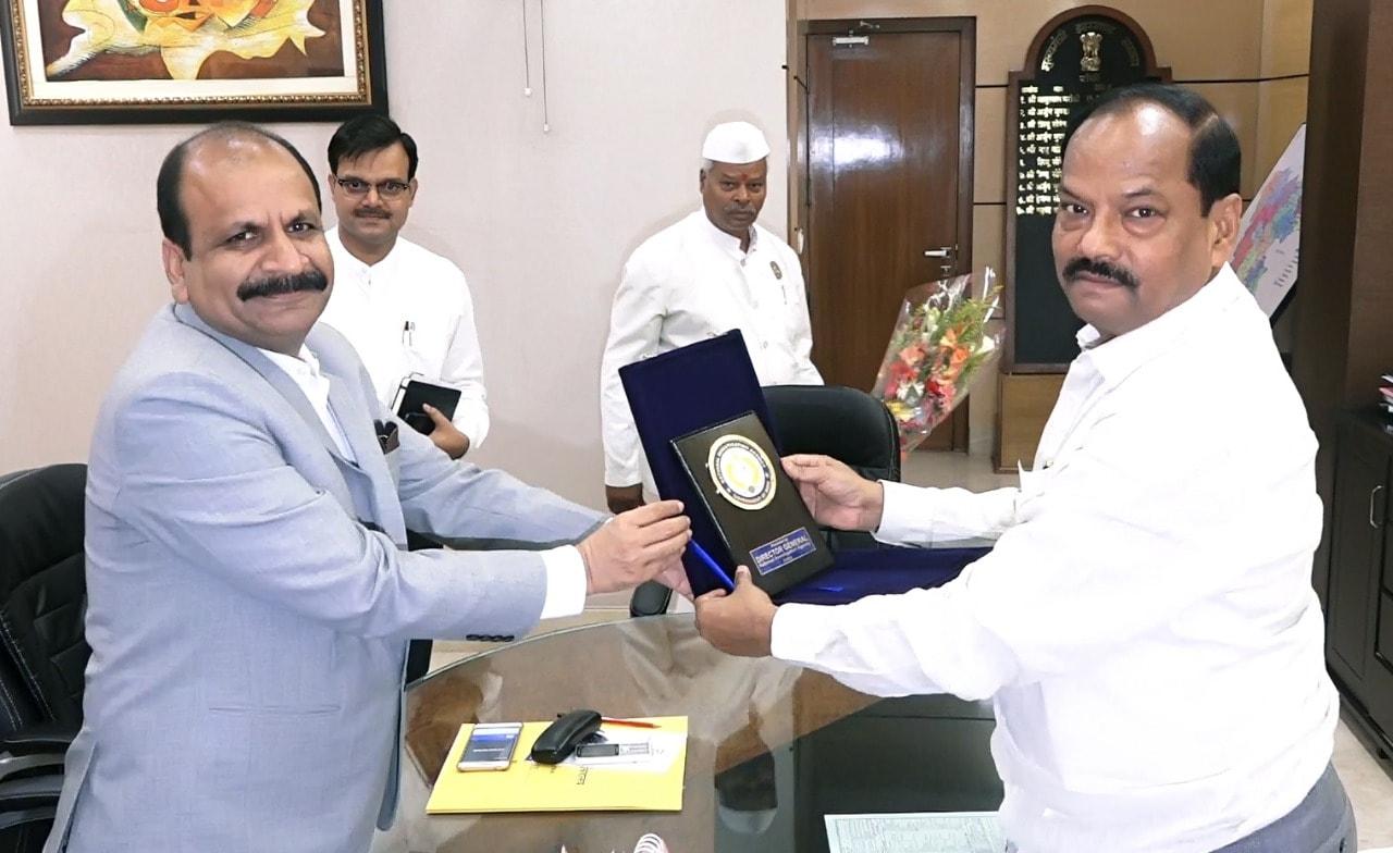 <p>मुख्यमंत्री रघुवर दास से आज झारखंड मंत्रालय में डीजी नेशनल इंवेस्टिगेशन एजेंसी योगेश चंद्र मोदी ने मुलाकात की  </p>