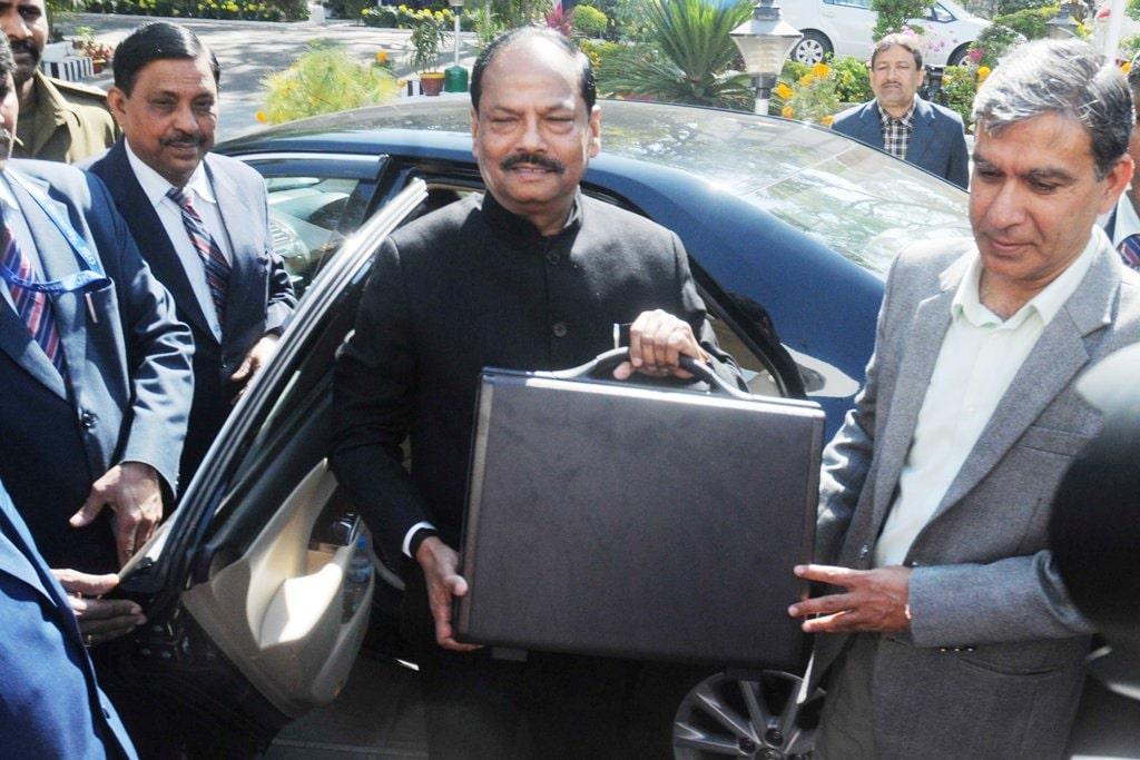 <p>Jharkhand Chief Minister Raghubar Das arrives Assembly for presenting Annual Budget 2019-20 at Jharkhand assembly in Ranchi on Tuesday 22, January 2019.</p>