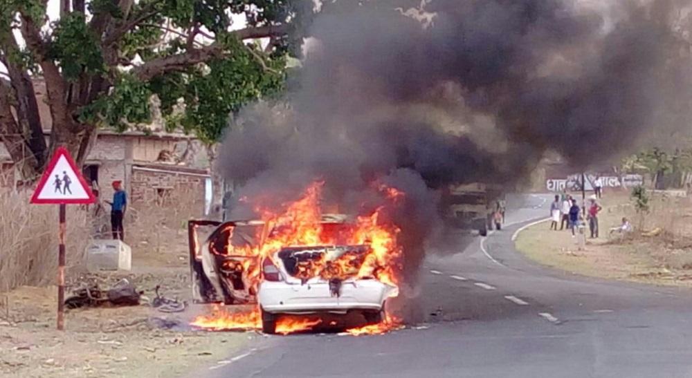 <p>बरवाडीह मेदनीनगर मार्ग पर केचकी चेक नाका के समीप दूल्हे की वाहन में आग लग गई ।इस घटना में दूल्हा और दुल्हन बाल-बाल बच गए ।</p>