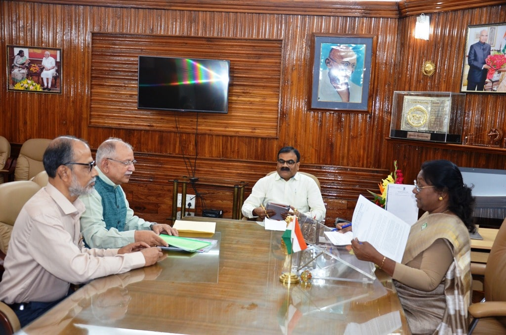 <p>Ranchi University Vice-Chancellor met Hon&#39;ble Governor Draupadi Murmu at Raj Bhawan on Thursday.</p>