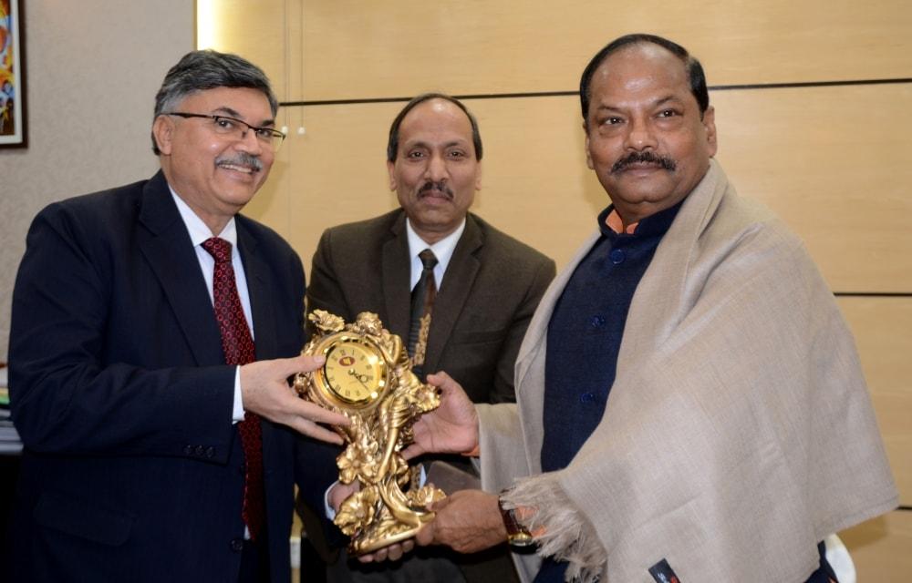 <p>मुख्यमंत्री रघुवर दास से पंजाब नेशनल बैंक के एमडी सह सीईओ सुनील मेहता, जेनरल मैनेजर प्रधान कार्यालय पुनीत जैन, अंचल प्रबंधक बिहार-झारखंड डीके पालीवाल एवं रांची मंडल प्रमुख पी के&#8230;