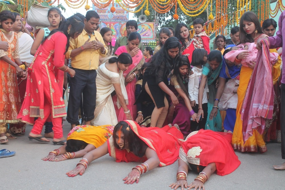 <p>Women performing puja on the occasion of Chhath puja in Ranchi on Thursday.</p>