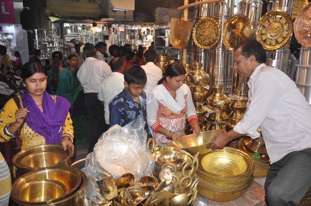 <p>People buying utensils at Church road on the occasion of Dhanteras festival in Ranchi on Tuesday.&nbsp;</p>
