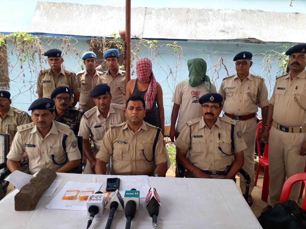 <p>दुमक- बीते एक अप्रैल को मुफसिल थाना क्षेत्र के मलभण्डारो गांव में महिला को सर पर मार कर लूट लेने की वारदात में पुलिस ने गांव के ही दो अपराधियों को गिरफ्तार साथ मे लूट की सामग्री&#8230;