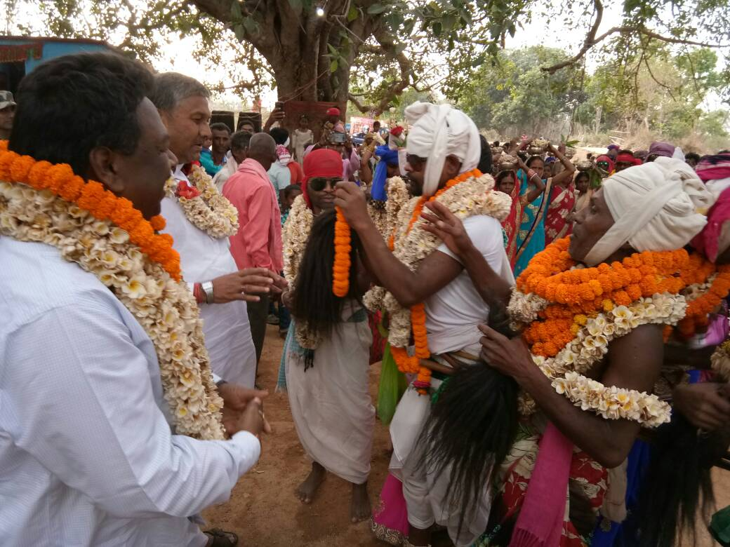 <p>Jharkhand Rural Development Minister Neel Kanth Singh Munda took part in Manda puja at Paicktoli under Lodhma block in Khunti distirict.</p>