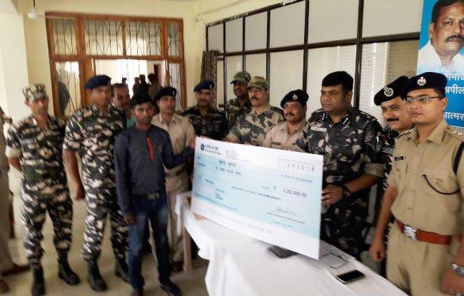 <p>कुख्यात नक्सली (भाकपा) व एरिया कमांडर महेंद्र मुंडा उर्फ रितेश मुंडा (अड़की के गम्हरिया निवासी) ने मंगलवार को खूंटी पुलिस के समक्ष आत्समर्पण कर दिया | उस पर पुलिस ने दो लाख का इनाम…