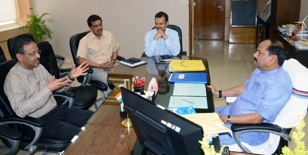 <p>मुख्यमंत्री श्री रघुवर दास से आज झारखंड मंत्रालय में केंद्रीय शिक्षा सचिव श्री अनिल स्वरूप ने मुलाकात की |</p>