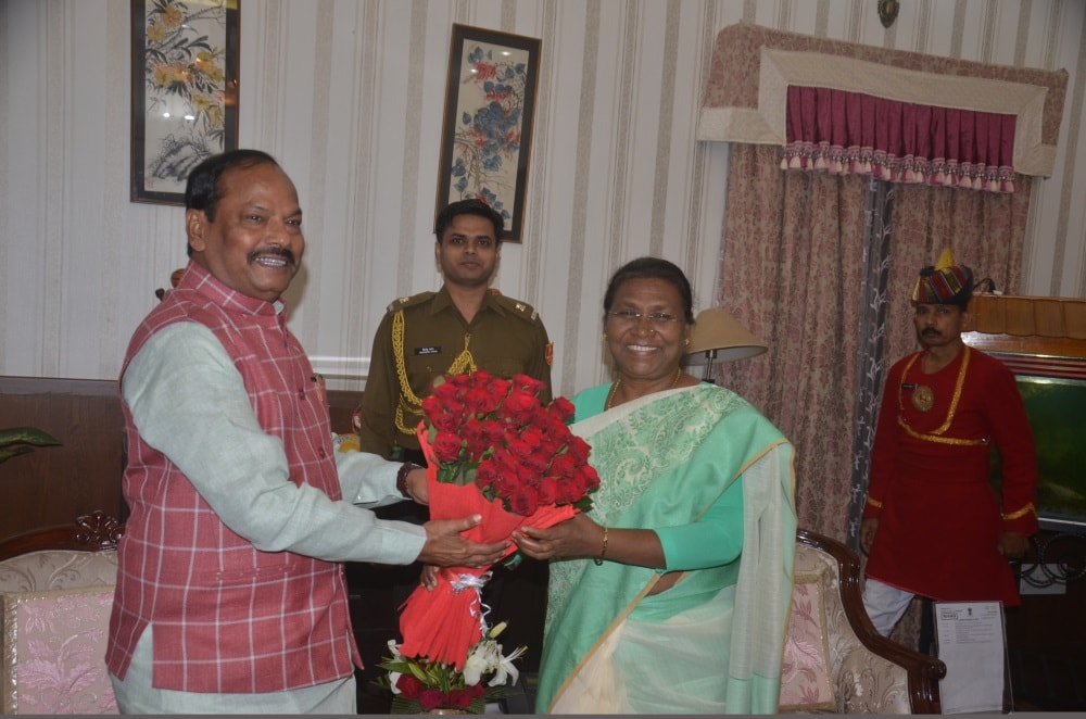 <p>Jharkhand Chief Minister Raghubar Das presenting a bouquet to Governor Draupadi Murmu during a meeting at Raj Bhawan in Ranchi on Tuesday.</p>