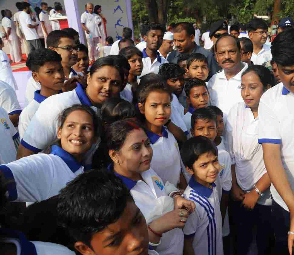 <p>Children and parents meet CM Raghubar Das at Rajbhawan, Ranchi for participating in International Yoga Day in Ranchi on June 21. Children and their mothers took selfie.</p>