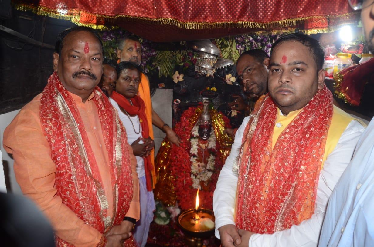 <p>मुख्यमंत्री रघुवर दास ने देउड़ी मंदिर में पूजा अर्चना कर माता से झारखंड राज्य के सवा तीन करोड़ जनता के सुख-समृद्धि की कामना की है।</p>