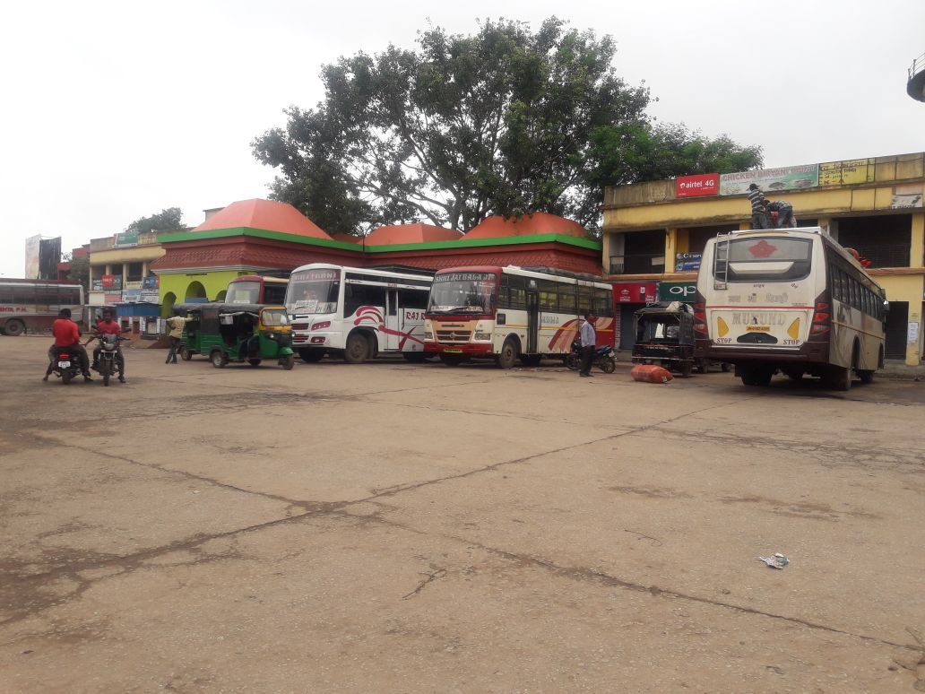 <p>Hazaribagh bus stand wears a deserted look during a day-long strike called by the opposition parties on Thursday.</p>