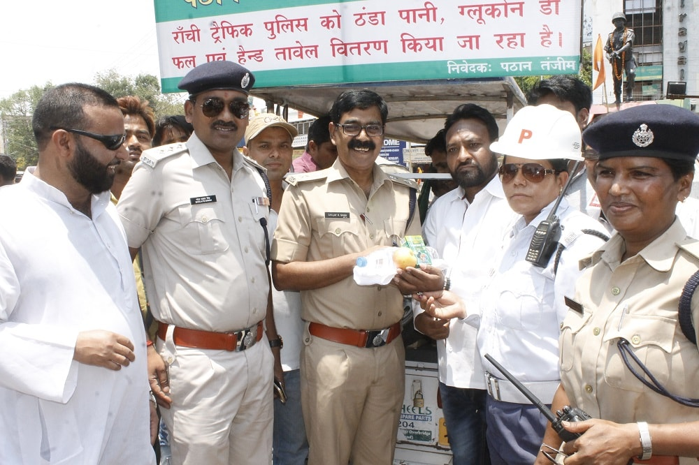 <p>Ranchi Traffic SP Sanjay Ranjan Singh alongwith other officials during a cold water, Glucon-D, fruit and hand towels distribution ceremony orgenised by Pathan Tanzeem at Hindpirhi&#8230;