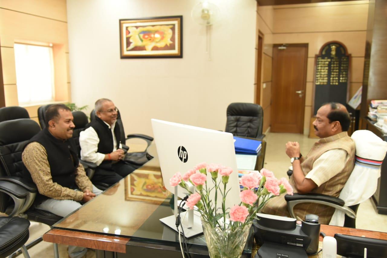 <p>मुख्यमंत्री रघुवर दास से चंद्र मौली सिंह, महालेखाकार झारखंड एवं विनय गांगुली ने शिष्टाचार मुलाकात की।</p>