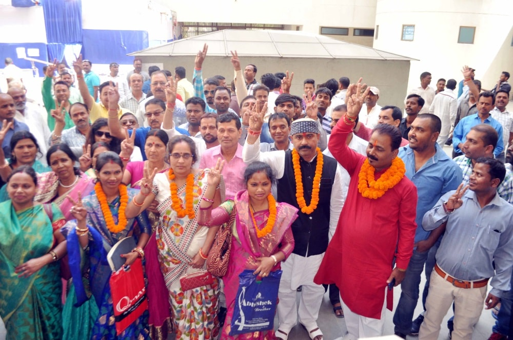 <p>Candidates showing victory after field their nomination for municipal poll-2018 at Collectorate in Ranchi on Monday.</p>