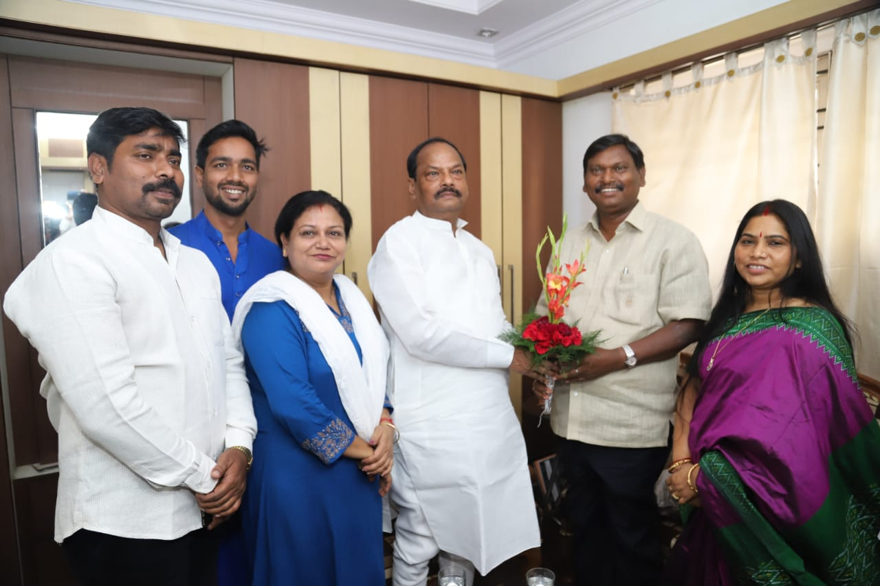 <p>Chief Minister Raghubar Das met the former Chief Minister of Jharkhand and senior politician Mr. Arjun Munda and greeted him on the occasion&nbsp;of Deepawali.</p>