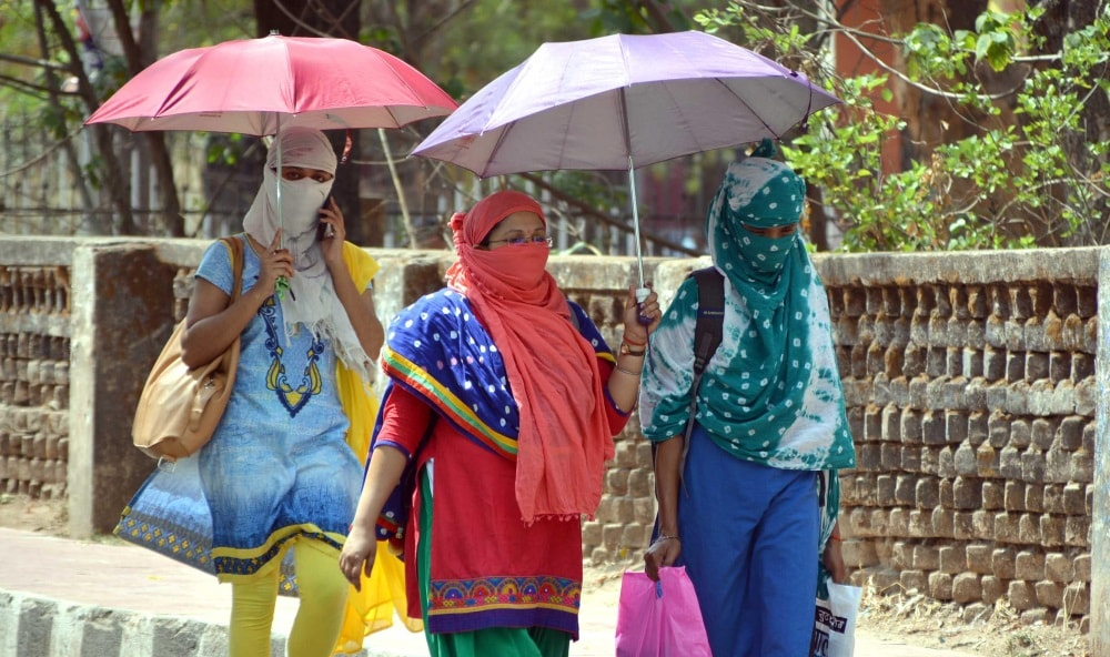 <p>Women covered their faces and hold umbrellas to beat the scorching heat in Ranchi on Tuesday.</p>