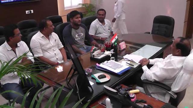 <p>Saurabh Tiwari,cricketer,met Chief Minister Raghubar Das.</p>