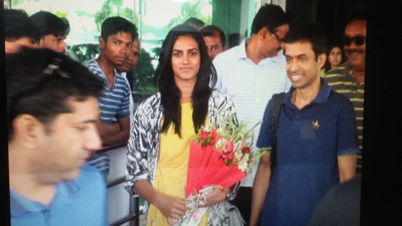 <p>बिरसा मुंडा एयरपोर्ट पहुंचे से बाहर जाते&nbsp; स्टार बैडमिंटन खिलाड़ी पीवी सिंधु और उनके कुछ गोपीचंद पुलेला |</p>