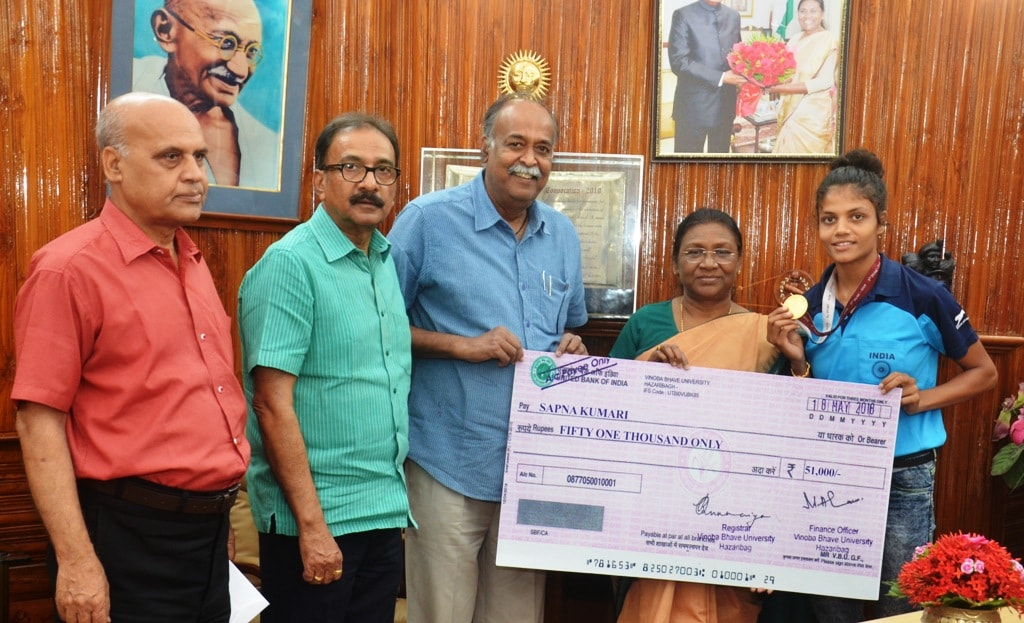 <p>माननीया राज्यपाल श्रीमती द्रौपदी मुर्मू ने Athletic सपना कुमारी को सम्मानित किया |</p>