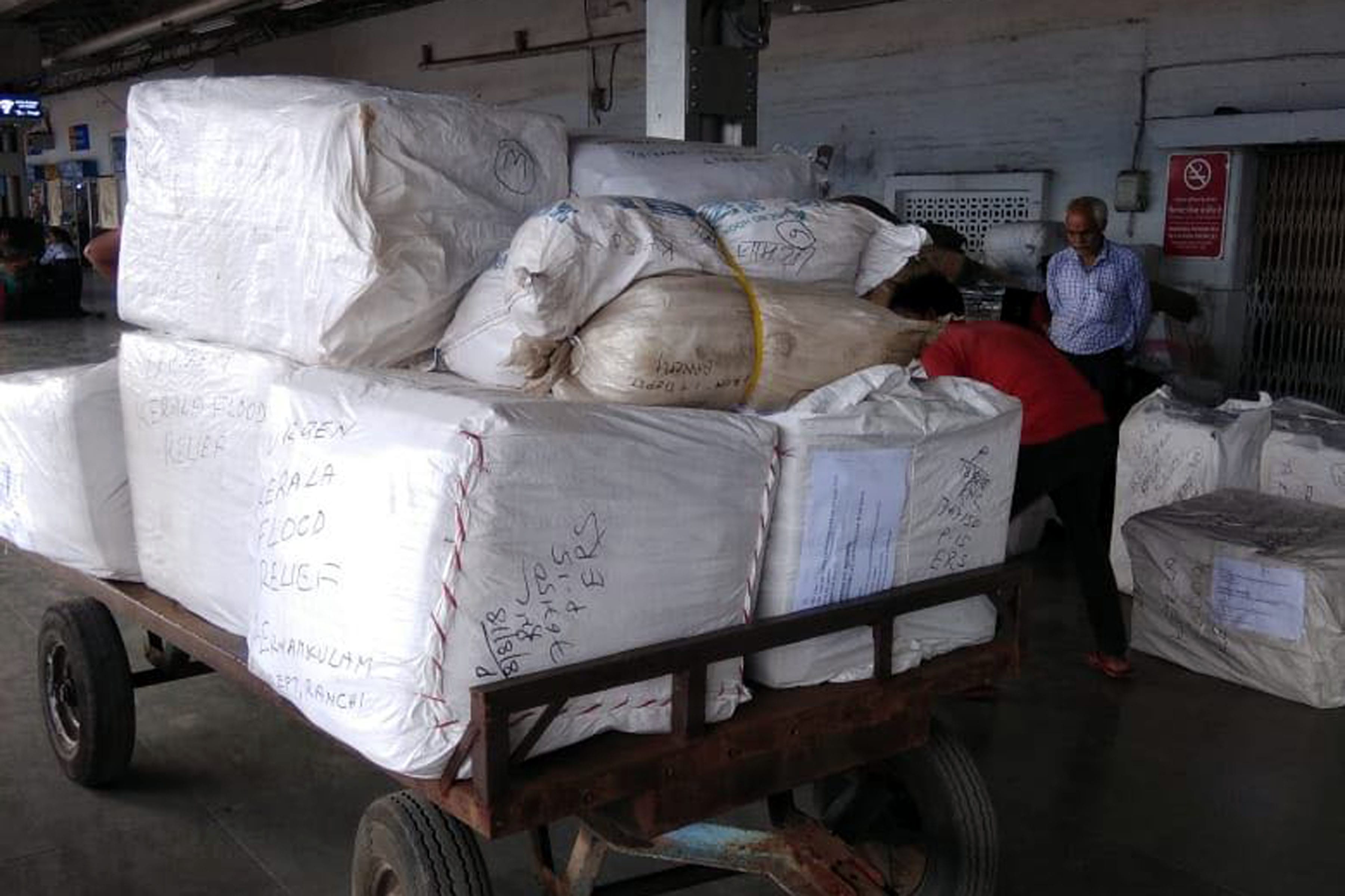 <p>Approximately Rs. 3 lakhs worth articles sent for relief in Kerala by the Income Tax department under Chief commissioner of income tax Ranchi on Saturday<br /> &nbsp;</p>