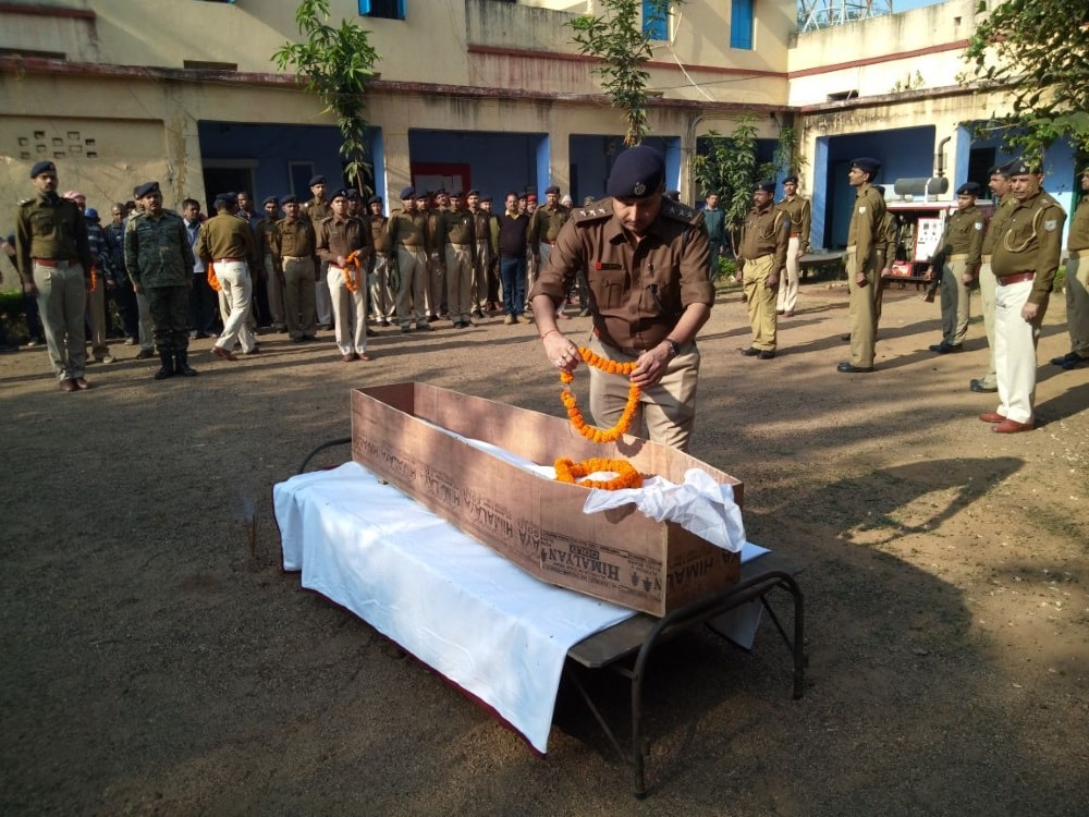 <p>Picture showing Giridih SP, &nbsp;Akhilesh Verier giving tribute to the police officer who was killed while trying to defuse a bomb in Saria police station on Monday, ASP Deepak&#8230;