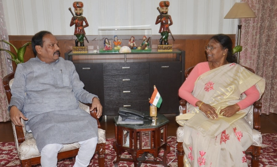 <p>Jharkhand Chief Minister Raghubar Das in conversation with Governor Draupadi Murmu at Raj Bhawan today.</p>