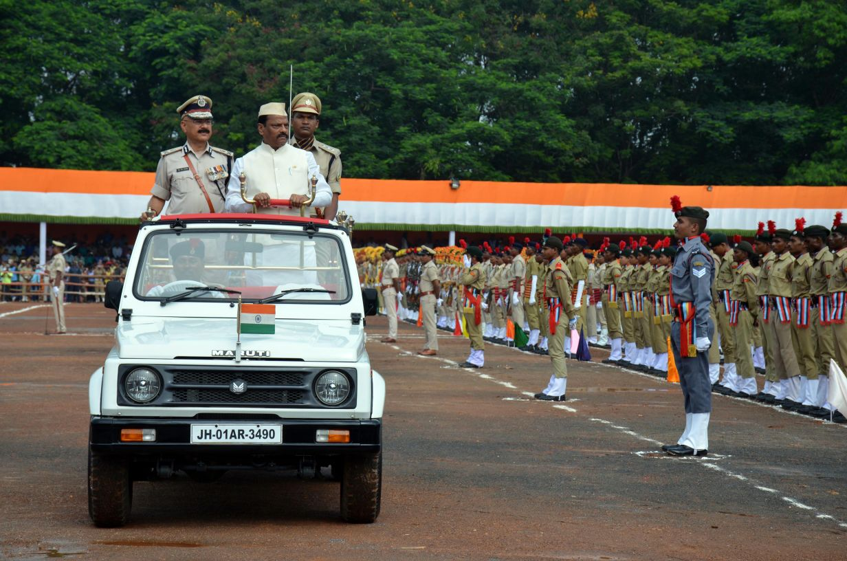 <p>Chief Minister Raghubar Das with DGP DK Pandey taking salute on the 70th Independence Day at Morahabadi Maidan in Ranchi.</p>