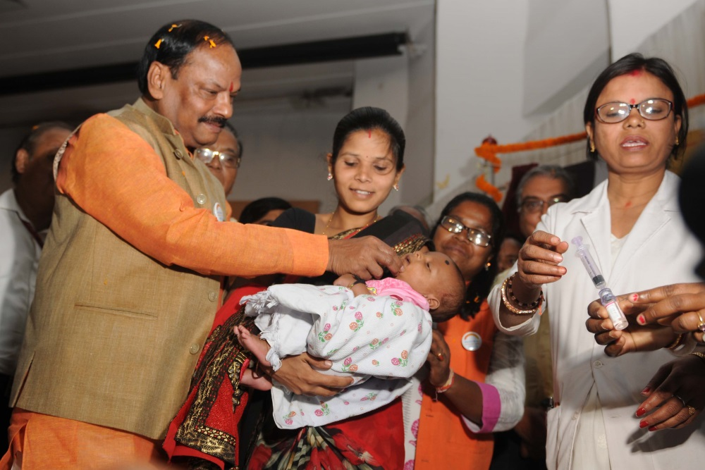 <p>&nbsp;Jharkhand Chief Minister Raghubar Das was seen giving &nbsp;drops of &#39;Rota virus vaccine&#39; to a child during inaugural ceremony of Rota virus vaccine on the occasion&#8230;