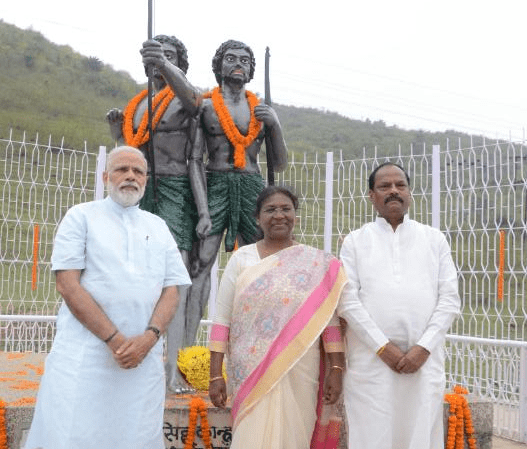 <p>After he walks down from the plane at Sahebgunj,Prime Minister Narendra Modi,Chief Minister Raghubar Das and Governor Draupadi Murmu pose for a photograph.</p>