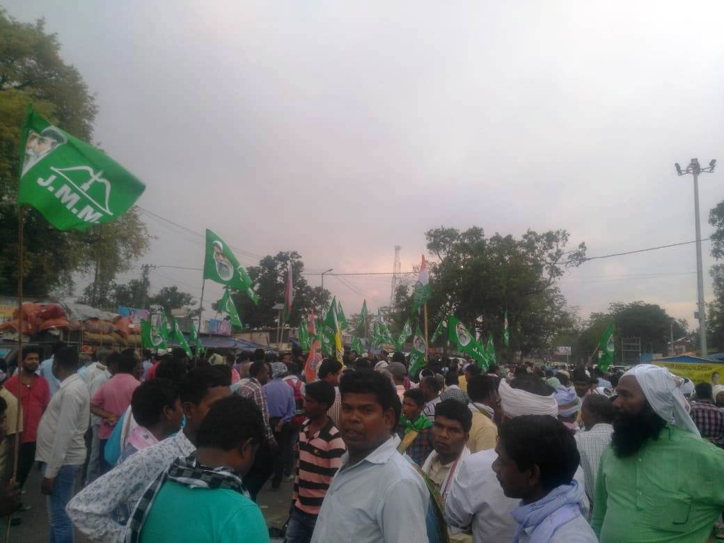 <p>Agitated JMM supporters chanting slogans outside Birsa College, Khunti (vote counting center) alleging irregularities in the counting of votes.&nbsp;</p>