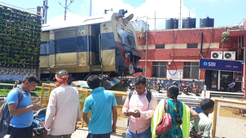 <p>Passenger train jumps track in Jasidih: Breaking the barrier, Jasidih-Baidynathdham Local train crossed platform number 4 at Jasidih station, near Deoghar this morning at 9.50 am.…