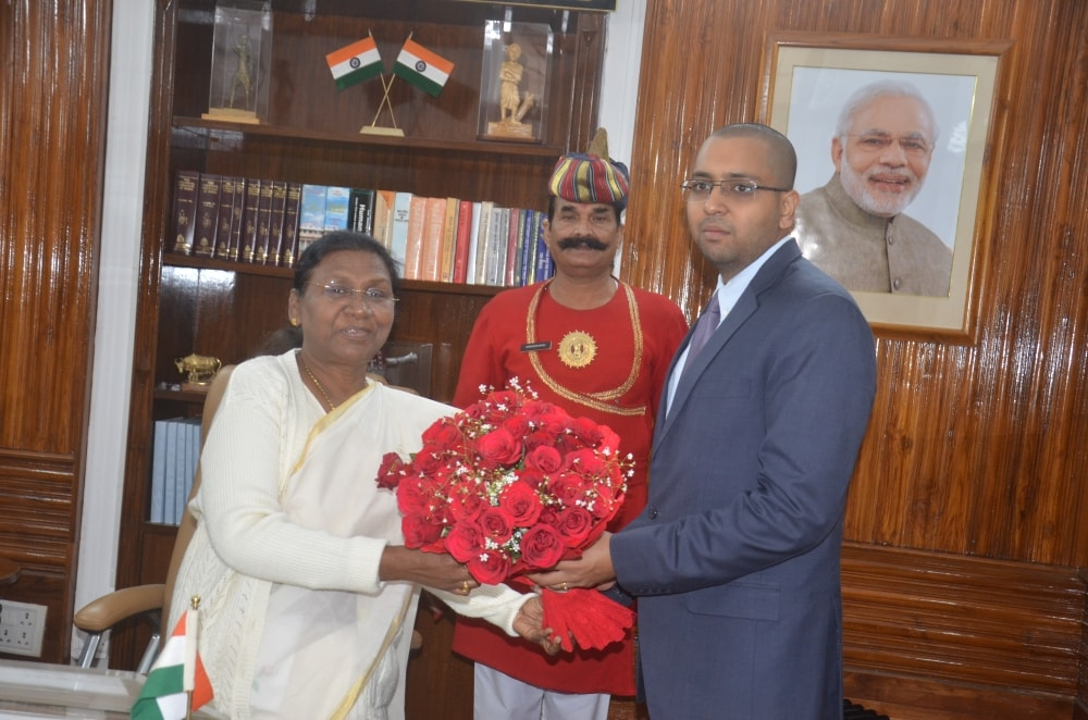 <p>Newly appointed Ranchi DC, Rai Mahimapat Ray today met Jharkhand governor Draupadi Murmu at Raj Bhawan</p>
