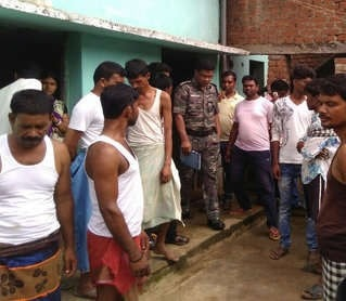 <p>Posing themselves as cops,they entered into eight houses at Kheraveda under Hariharpur police station in Dhanbad and after keeping their owners in custody looted more than Rs 5&#8230;