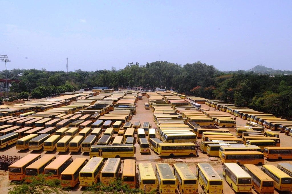 <p>A large number of buses assembled at Morahabadi ground for poll parties ahead of Municipal elections in Ranchi.</p>