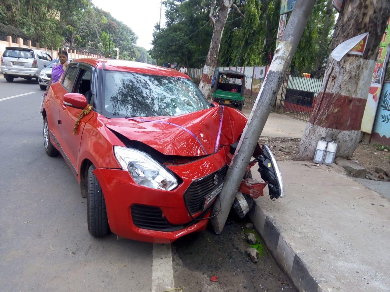 <p>राँची राजभवन के पास कार ने पोल में मारा टक्कर कोई हताहत नहीं. </p>