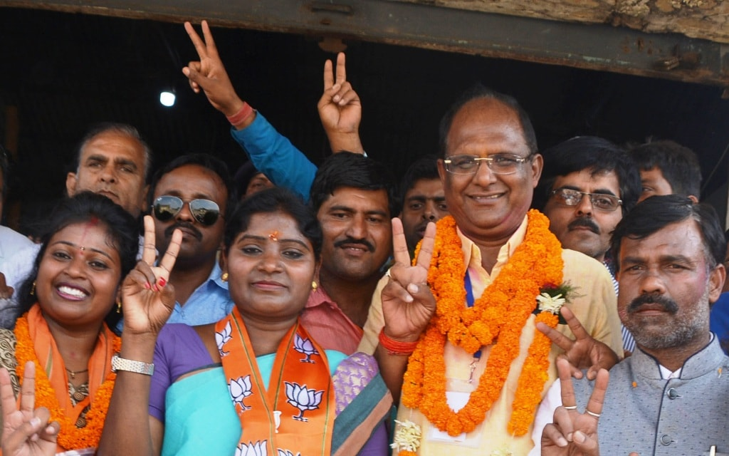 <p>Bharatiya Janta Party (BJP) supported Mayor and Deputy Mayor candidates Asha Lakra and Sanjiv Bijayvargiya flashing&nbsp;victory sign after winning the Mayor and Deputy Mayor seats&#8230;
