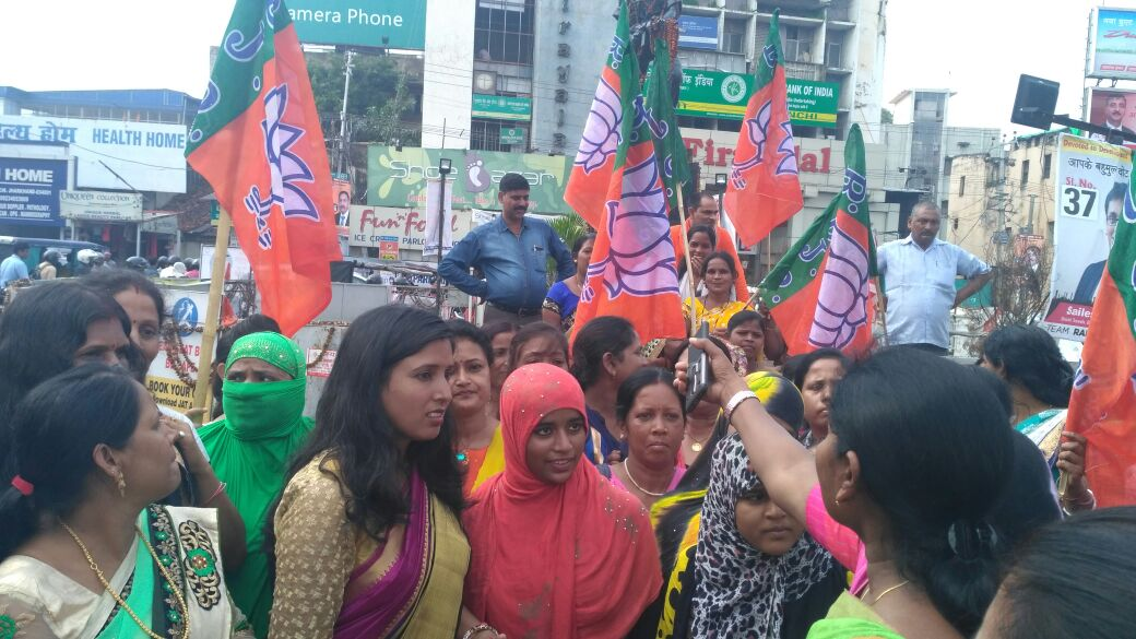 <p>Jharkhand BJP&#39;s women wing celebrate Supre Courts&nbsp;verdict on Triple Talaq at Albert Ekka chowk n Ranchi today.</p>