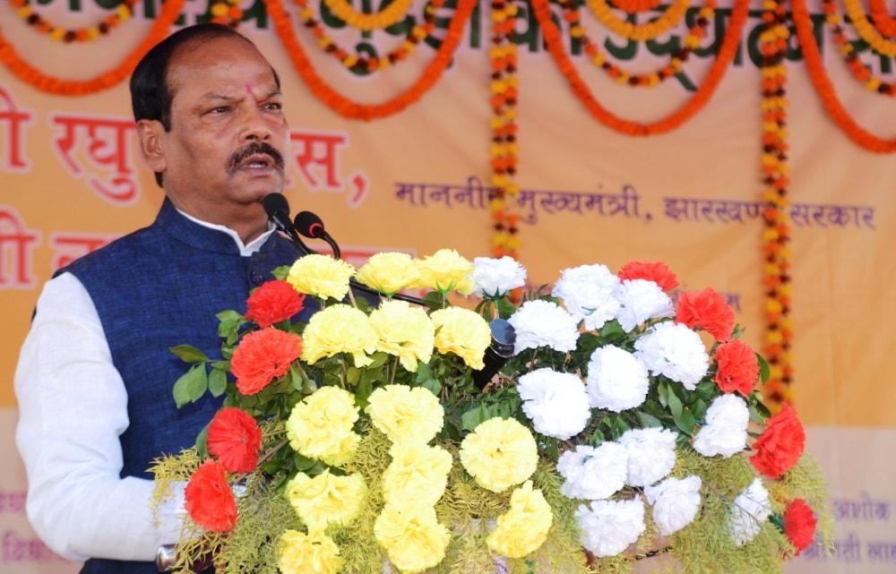 <p>मुख्यमंत्री श्री रघुवर दास ने आज पश्चिमी सिंहभूम जिले के गुदड़ी प्रखंड सह अंचल कार्यालय के भवन के उद्घाटन के पश्चात लोगों को संबोधित किया।</p>